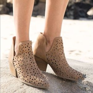 Musse & Cloud Calisse Ankle Booties size 9